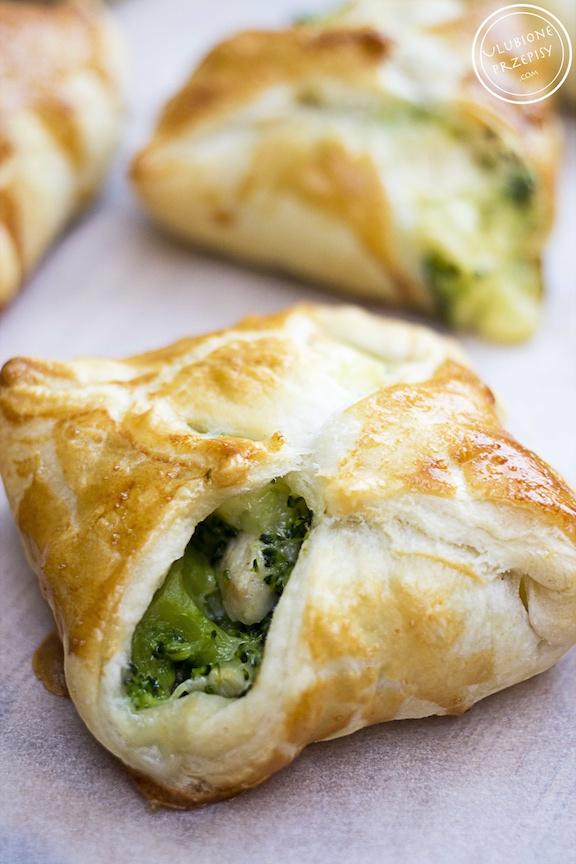 Sakiewki Z Ciasta Francuskiego Z Kurczakiem I Brokulami Ulubione