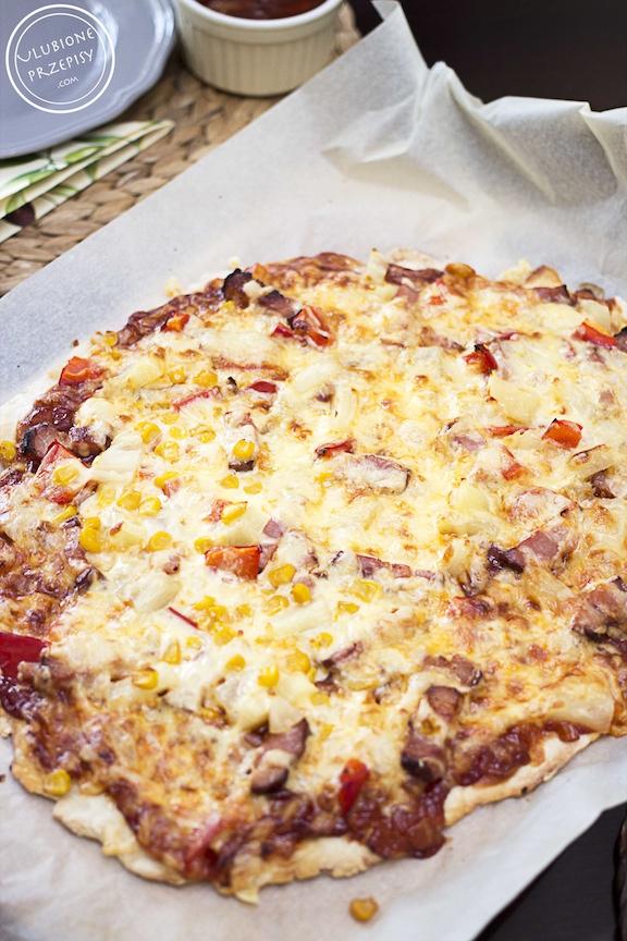 Pizza z ananasem i wędzonym boczkiem